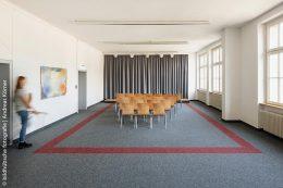 Bis zu 80 Personen finden im Veranstaltungsraum der VHS Ettlingen Platz. Der verlegte Nadelvlies-Belag sorgt auch bei voller Belegung für eine gute Raumakustik.