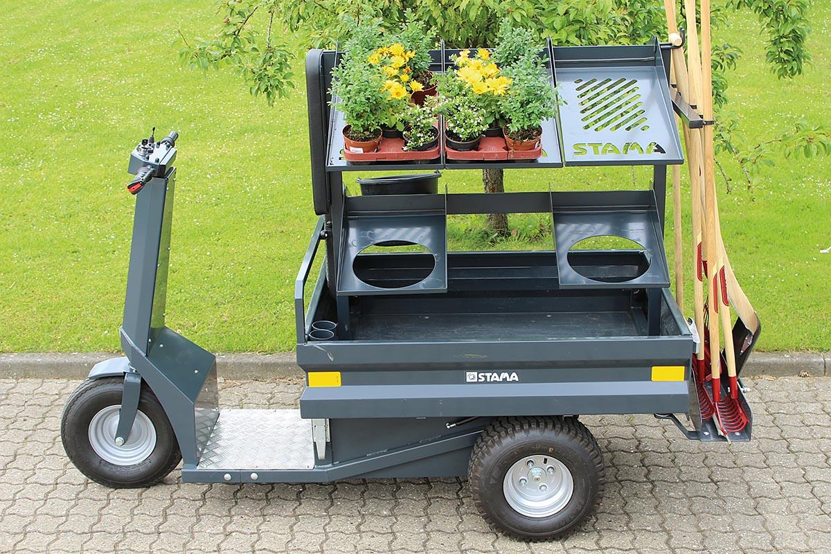 Der STAMA Micro EL mit einem 24-Volt-AC-Motor bietet neben der Möglichkeit zu Spezialaufbauten einen Heckantrieb und eine Zuladung von 350 Kilogramm. Optional ist er mit einem Fußkontaktschalter, einer Fußbremse und einer Beleuchtungsanlage lieferbar.
