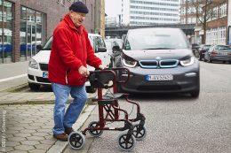 Ältere und gehbehinderte Menschen können nicht mehr reagieren, wenn sie ein sich näherndes geräuschloses Fahrzeug zu spät bemerken.