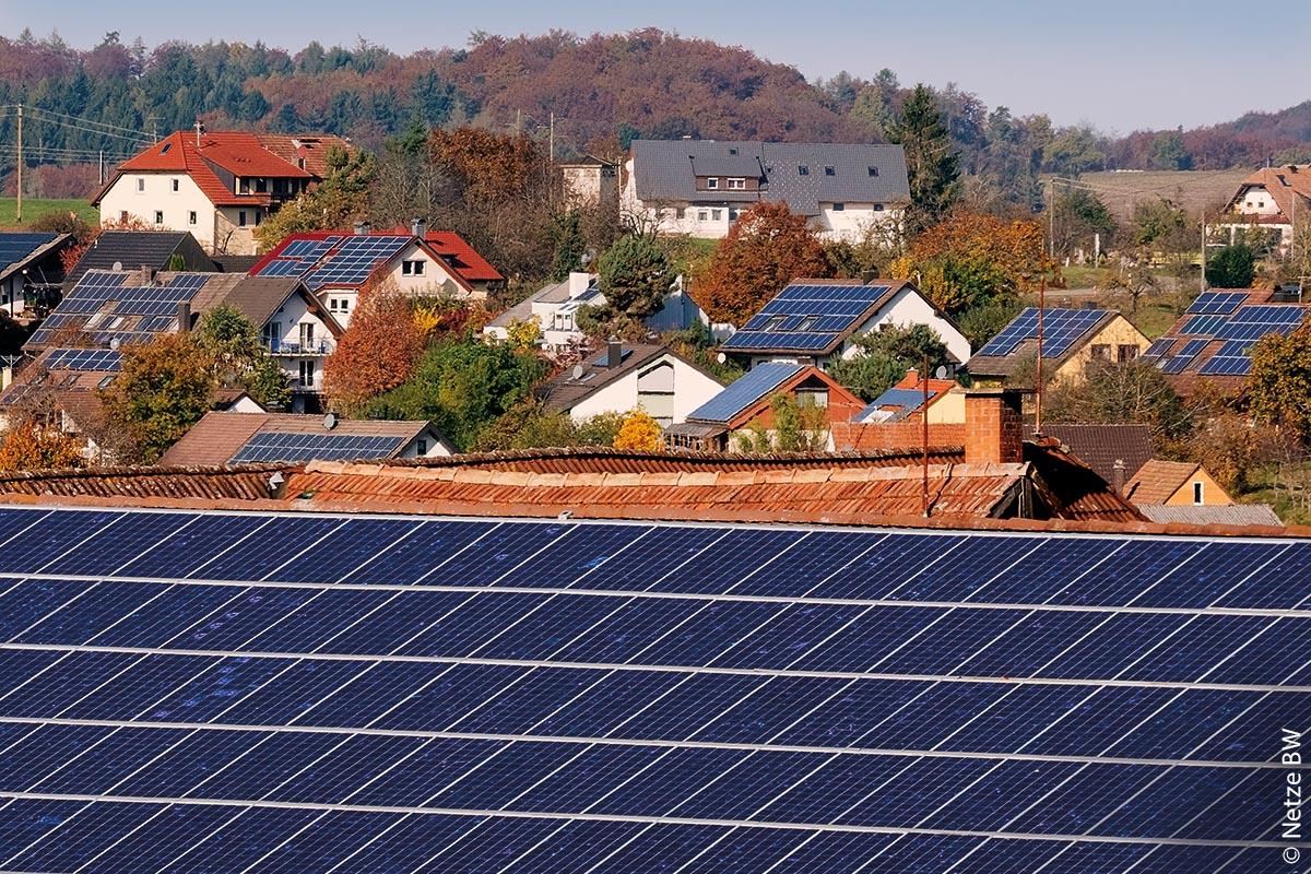 Für die Praxisphase des Forschungsprojekts Grid-Control sind 30 Photovoltaikanlagen in der Gemeinde Freiamt mit Mess- und Steuerungstechnik ausgestattet worden. Für die Gemeinde im Landkreis Emmendingen mit 4000 Einwohnern sprach die hohe Erzeugungsleistung aus erneuerbaren Energien.