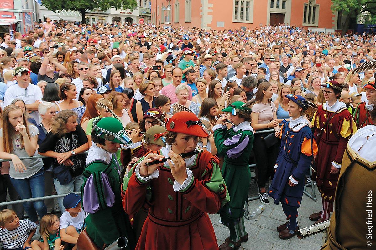 Und im oberschwäbischen Ravensburg ist jedes Jahr im Juli das Rutenfest ein großer Anziehungspunkt für alle Bürger jeden Alters.