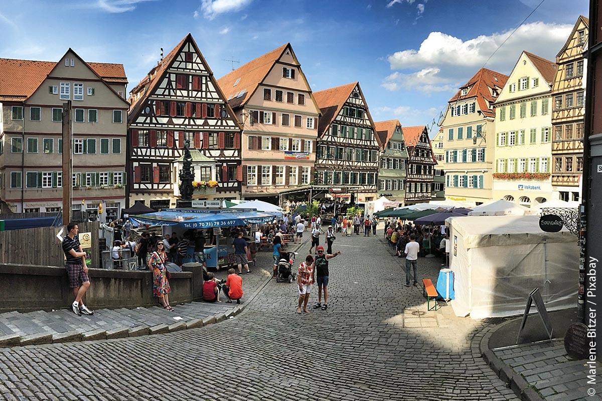 Das Stadtfest am Marktplatz in Tübingen lädt immer wieder zum Schlendern, Essen und Trinken, aber vor allem zum Plaudern ein.