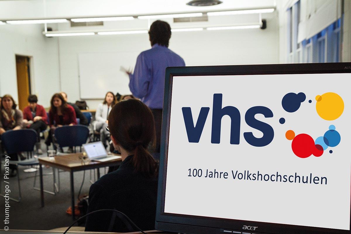 Rund neun Millionen Menschen besuchen jährlich Kurse an Volkshochschulen in Deutschland. In unterschiedlichen Wissensgebieten stehen etwa 700.000 Bildungsangebote jährlich zur Verfügung. Die Volkshochschule ist der bundesweit größte Anbieter der allgemeinen Weiterbildung, ist überall vor Ort präsent und das seit 100 Jahren.