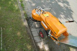 Elektrisch und kraftvoll entfernt die Wildkrautmaschine KM A 10 jeden unerwünschten Wuchs am Straßen- und Wegesrand.