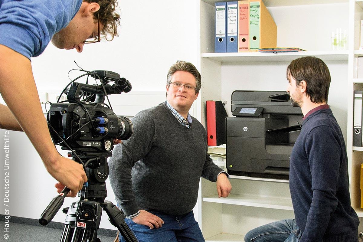 In Video-Tutorials und vor Ort beraten Steffen Holzmann (links) und Simon Mößinger Kommunen in Sachen Green IT.
