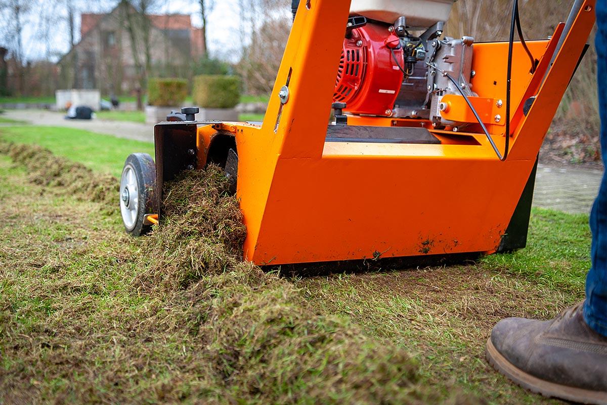 Vertikutieren ist wichtig für die Rasenpflege. Durch das Aufritzen der Grasnarbe werden alter Mulch und Moos entfernt und zeitgleich die Belüftung des Bodens gefördert.