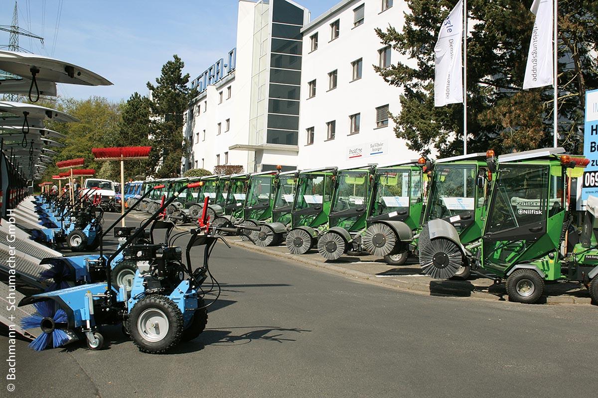 Im Fuhrpark von BACHMANN + SCHUMACHER gibt es auch ParkRanger-2150-Maschinen (rechts).