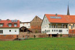 Heutige Gesamtansicht der alten Anwesen der Mühlgasse 1 (rechts) und 3 (links im Bild) samt Mühlenkeller (Mitte) in Oberthulba: Diese Gebäude wurden zwischen 2013 und 2016 saniert.