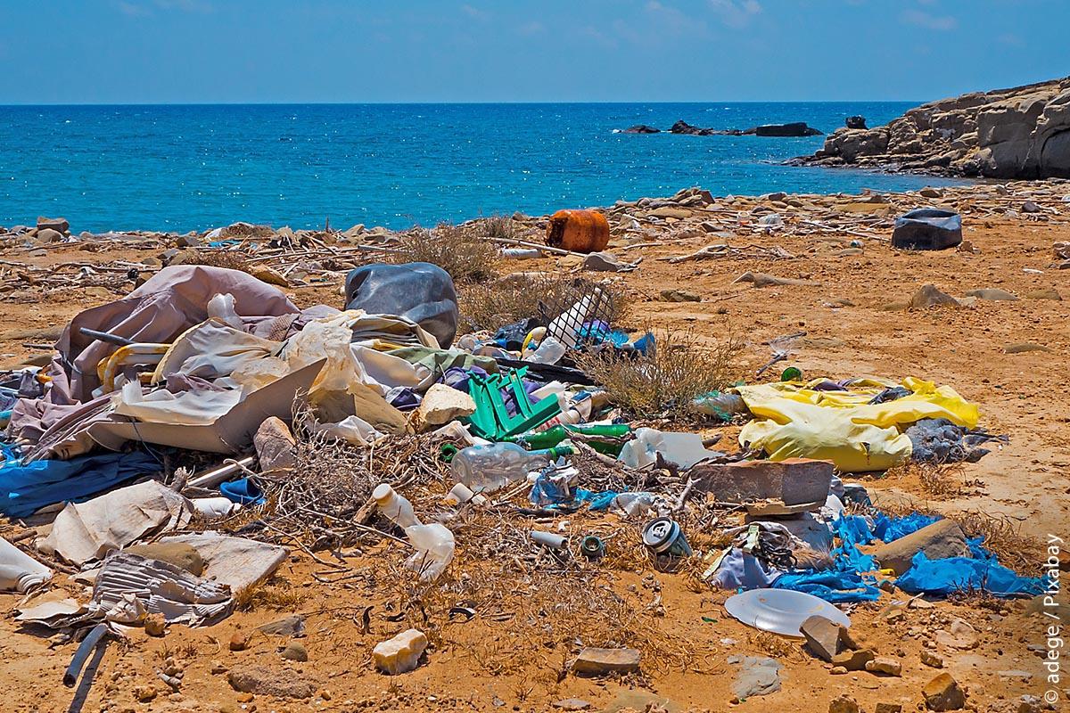 Im Urlaub holt uns dann früher oder später unsere eigene Umweltverschmutzung ein – wie hier auf Rhodos in Griechenland. Doch 80 Prozent des Kunststoffs landen letztlich auf dem Meeresgrund. Welche gesundheitlichen Auswirkungen Plastik auf Meeresfauna und -flora hat, weiß keiner wirklich einzuschätzen.
