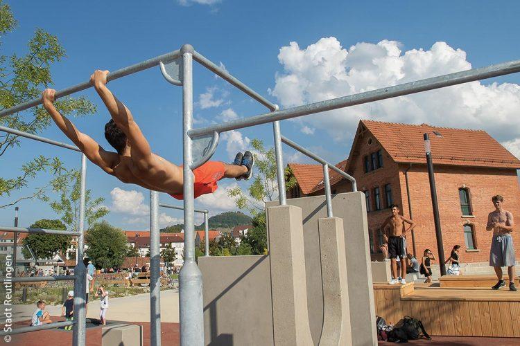 Auf knapp 500 Quadratmetern finden Bewegungsfreudige im Calisthenics- und Parkour-Park unterschiedlichste Geräte für sportliches Ganzkörpertraining, Muskelaufbau, Balance oder Fitness.