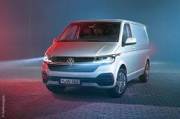 Der Multivan hat ein Facelift und ein Technik-Update bekommen. Da die Neuerungen weit über die übliche Modellpflege hinausgingen, erhielt der neue Transporter die Zusatzbezeichnung 6.1.
