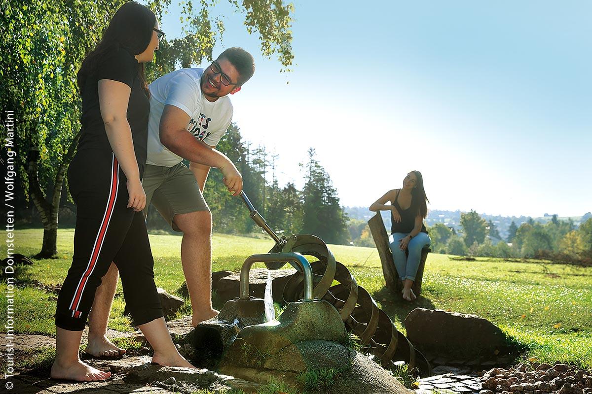 Großen Spaß macht es auch, das Wasser mit der Schraube hochzutransportieren und abfließen zu lassen.