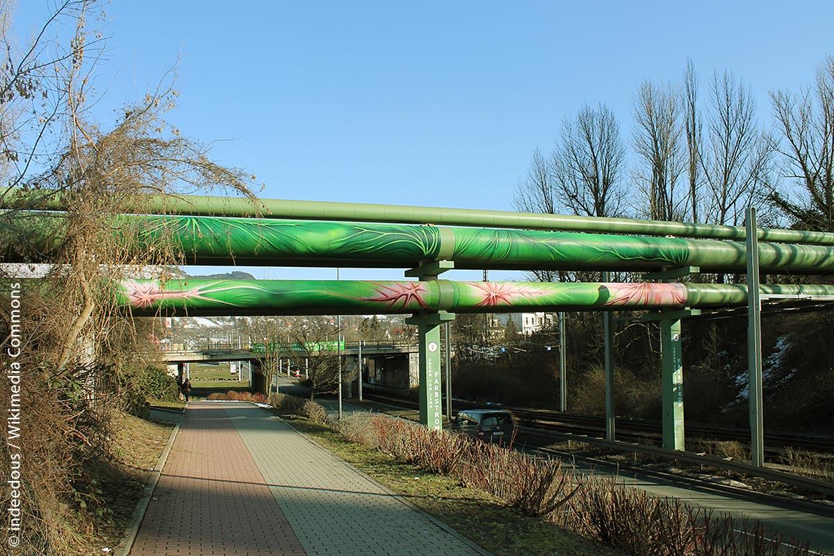 """Die """"Adern von Jena"""" – oberirdisch verlaufende Fernwärmerohre – werden seit 2004 immer wieder in Kunstaktionen einbezogen."""