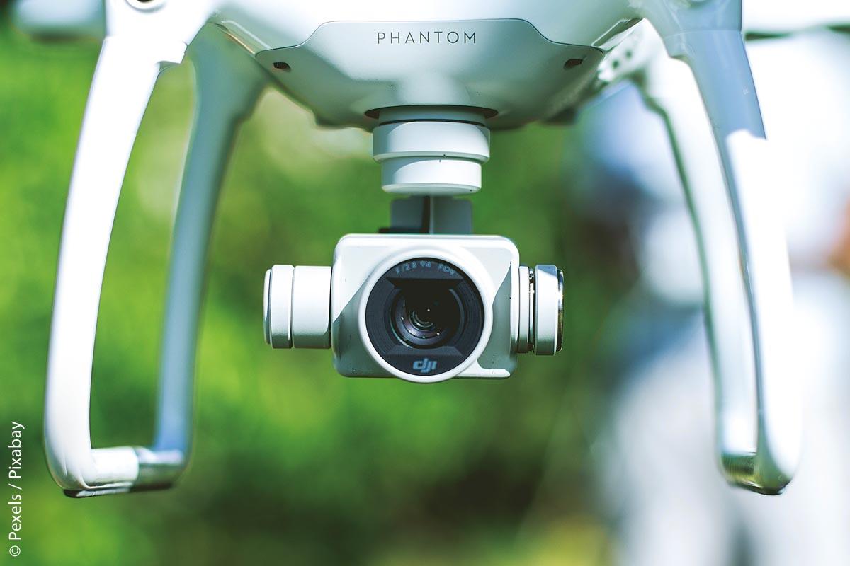Mit einer Flugdrohne, an die eine qualitativ hochwertige Kamera montiert ist, bietet nicht nur einen tollen Zeitvertreib für Luftaufnahmen, sondern lässt sich auch beruflich einsetzen, wenn ein Überblick über ein Gelände vonnöten ist.