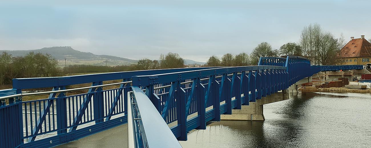 Mit insgesamt 172 Metern Länge, die in mehreren Einzelteilen geliefert wurden, war der Bau dieser Brücke im fränkischen Lichtenfels ein anspruchsvolles Projekt.