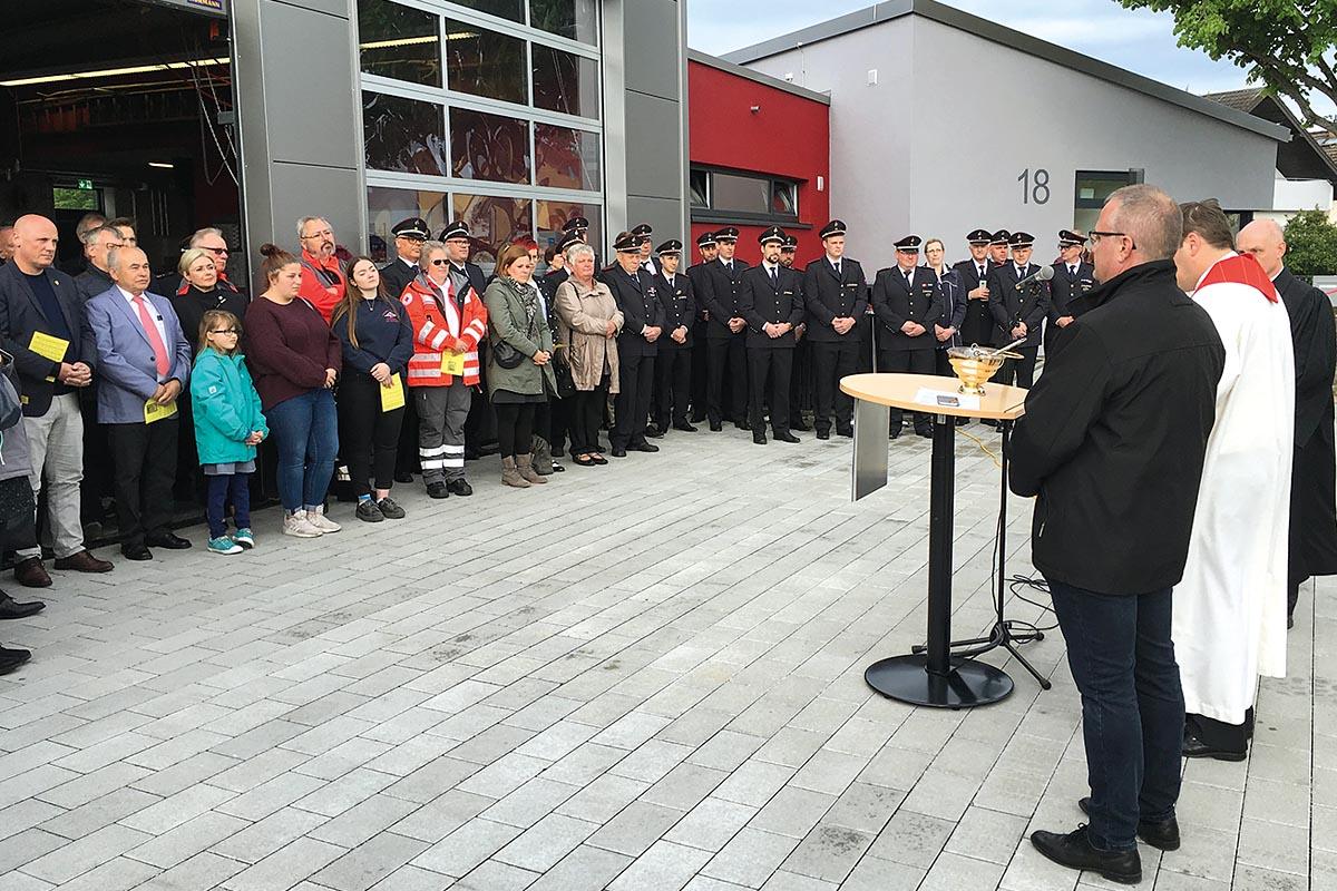Mit kirchlichem Beistand, wurde sowohl die Übergabe des neuen TLF 2000 an die Feuerwehr Philippsburg-Rheinsheim begangen als auch die Eröffnung des neuen Feuerwehrhauses Rheinsheim von den Bürgern und Feuerwehrleuten begrüßt und gefeiert.