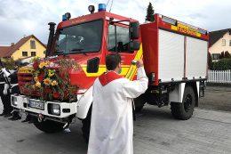 Segnung des neuen Feuerwehrfahrzeuges der Feuerwehr-Zweigstelle Rheinsheim durch einen der anwesenden Geistlichen.