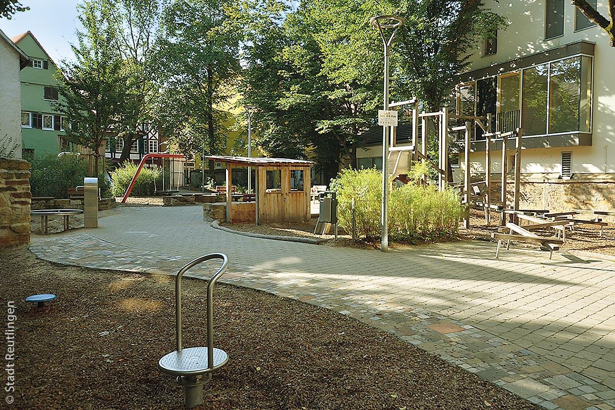 Der Kinderspielplatz Nürtingerhofstraße liegt auf der Fläche eines ehemaligen Klostergartens, inmitten unmittelbar angrenzender historischer Bebauung. Bewohnerinnen und Bewohnern des Altstadtviertels nutzen ihn als Treffpunkt und er ist Anziehungspunkt für Besucher. Der Platz ist hell, einladend und mit durchdachten Spielgeräten bestückt, die Fantasie und Kreativität der kleinen Benutzer anregen. Mit der neuen Wasserpumpe kann hier nach Belieben gesandelt und gematscht werden. Kinder können hier balancieren, auf der Dreierschaukel durch die Lüfte schwingen oder sich im Baumhaus ausruhen. Zusätzlich gibt es ein Trampolin und genügend Sitzplätze für die Eltern, Passanten und Nachbarn.