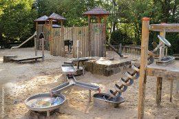 Der Reutlinger Kinderspielplatz Pomologie ist vollwertig ausgestattet inmitten eines Wohngebietes in ruhiger Lage.