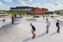 Auf der vielfältigen Skateanlage im Bürgerpark mit verschiedenen Hindernissen können sowohl Brettsportler und Inline-Skater als auch BMX-Fahrer ihre Fahrkünste demonstrieren.