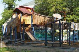 Ursprünglich entstand der Volkspark-Spielplatz in der Frauenstraße zur Gartenschau 1984. Seit der Sanierung 2014 ist hier ein neues, individuell geplantes und gebautes Klettergerät mit großer Rutsche zu finden.