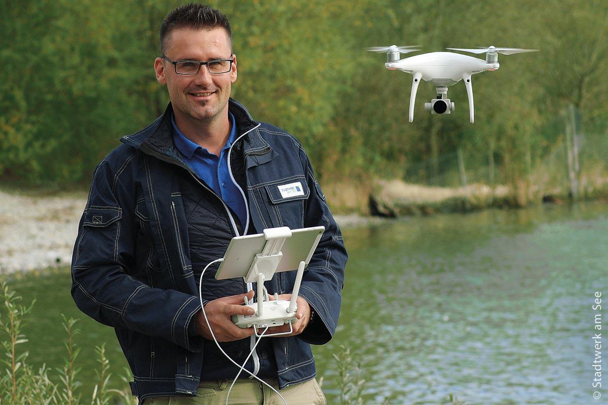 Manchmal möchte man in die Luft gehen: Marc Mildner darf dies – allerdings nicht aus Ärger, sondern beruflich. Der Vermessungstechniker nutzt immer häufiger eine Drohne als Werkzeug, um schnell und sicher mit Hilfe der Luftaufnahme eine Karte zu erstellen.