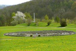 Das 2004 eingeweihte Lavendellabyrinth mit verschiedenfarbigen Lavendelbüschen legten 100 Auszubildende und drei Fachlehrer der Landwirtschaftlichen Schule Hohenheim in einer siebenmonatigen Arbeit an.