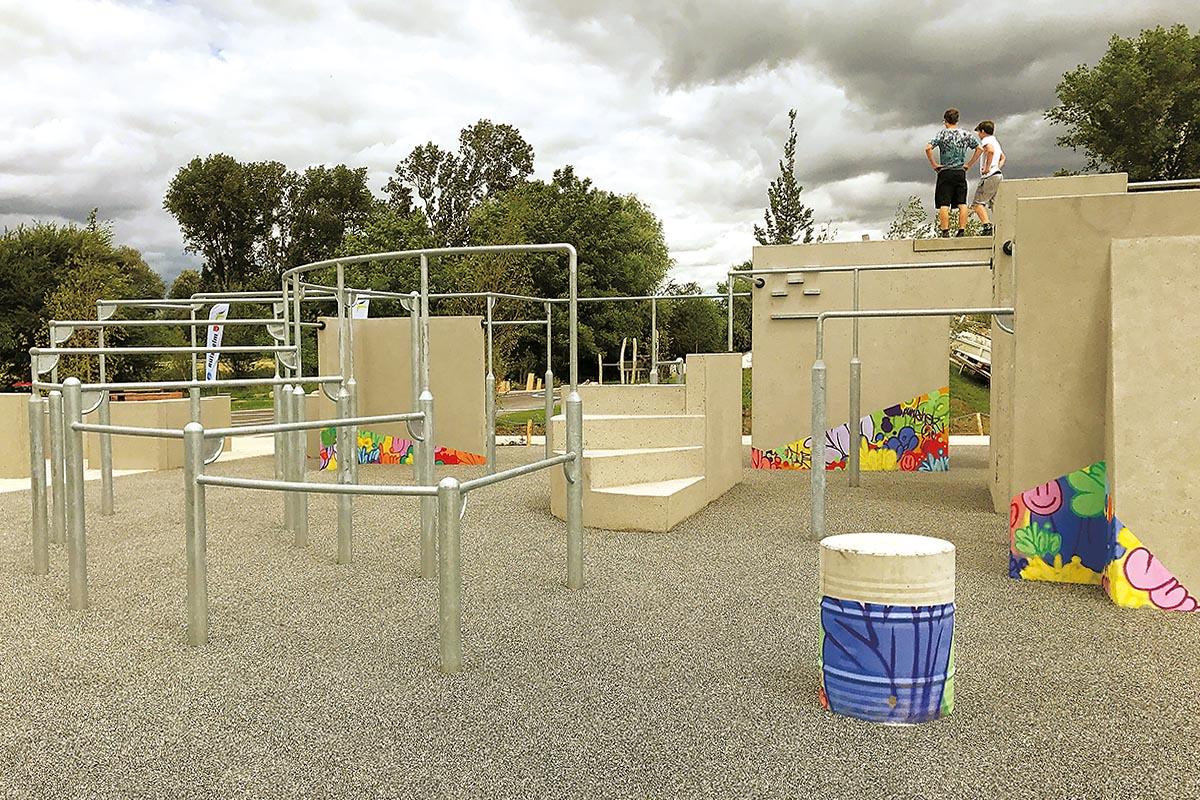 Der mit synthetischem Fallschutz ausgestattete Parkour in Speyer schafft einen Übergang aus dem Niedrigbereich und bietet Objekte bis zu einer Bauhöhe von drei Metern.