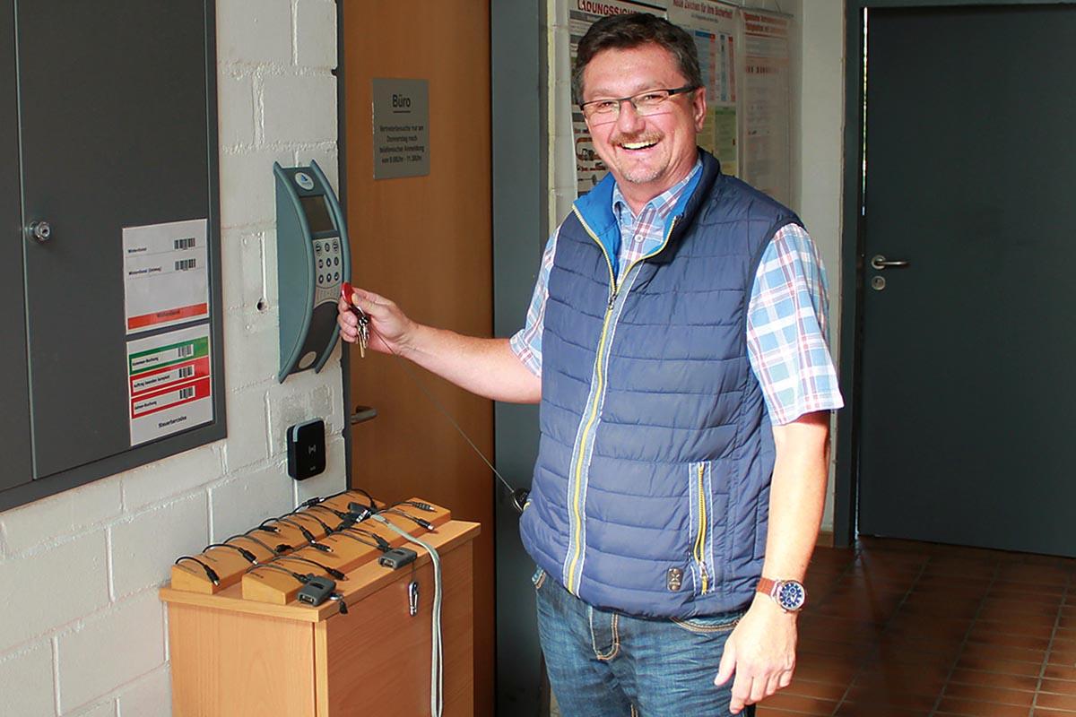 Baubetriebshofleiter Reiner Mikolaj setzt auf seinem Bauhof auf elektronische Zutrittsberechtigung und papierlose Daten- und Zeiterfassung.