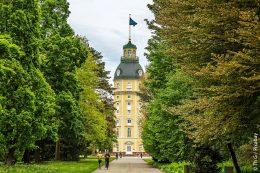 Nördlich des Karlsruher Schlosses liegt der Schlosspark, der auch als Schlossgarten bezeichnet wird. Er liegt als großer Landschaftspark im Zentrum von Karlsruhe.