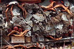 Wo genügend Platz ist, lassen sich verschiedenste Materialen aufeinander aufschichten, um allerlei Nistnischen zu bilden. Allerdings bleiben solche Stapel oft sich selbst überlassen.