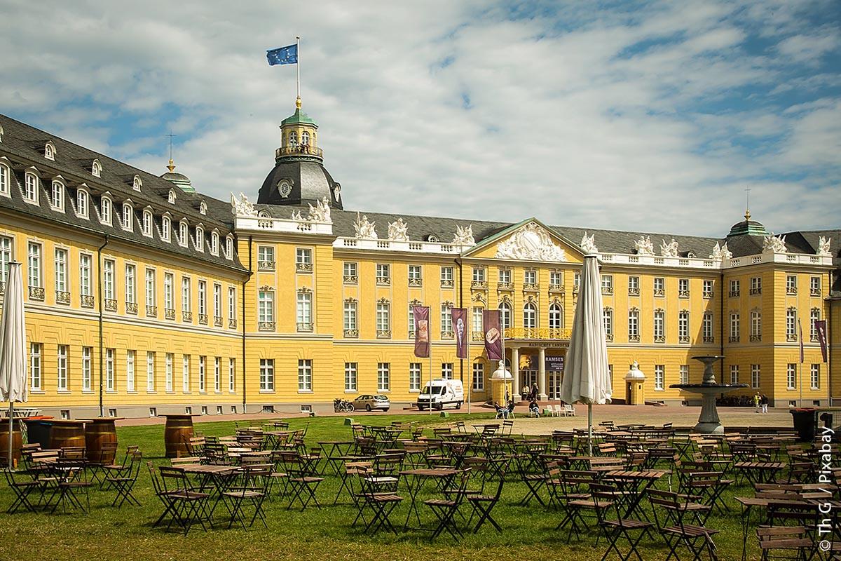 Die Fassade der Südseite des Karlsruher Schlosses. Auf der rückseitigen Nordseite liegt der Park.
