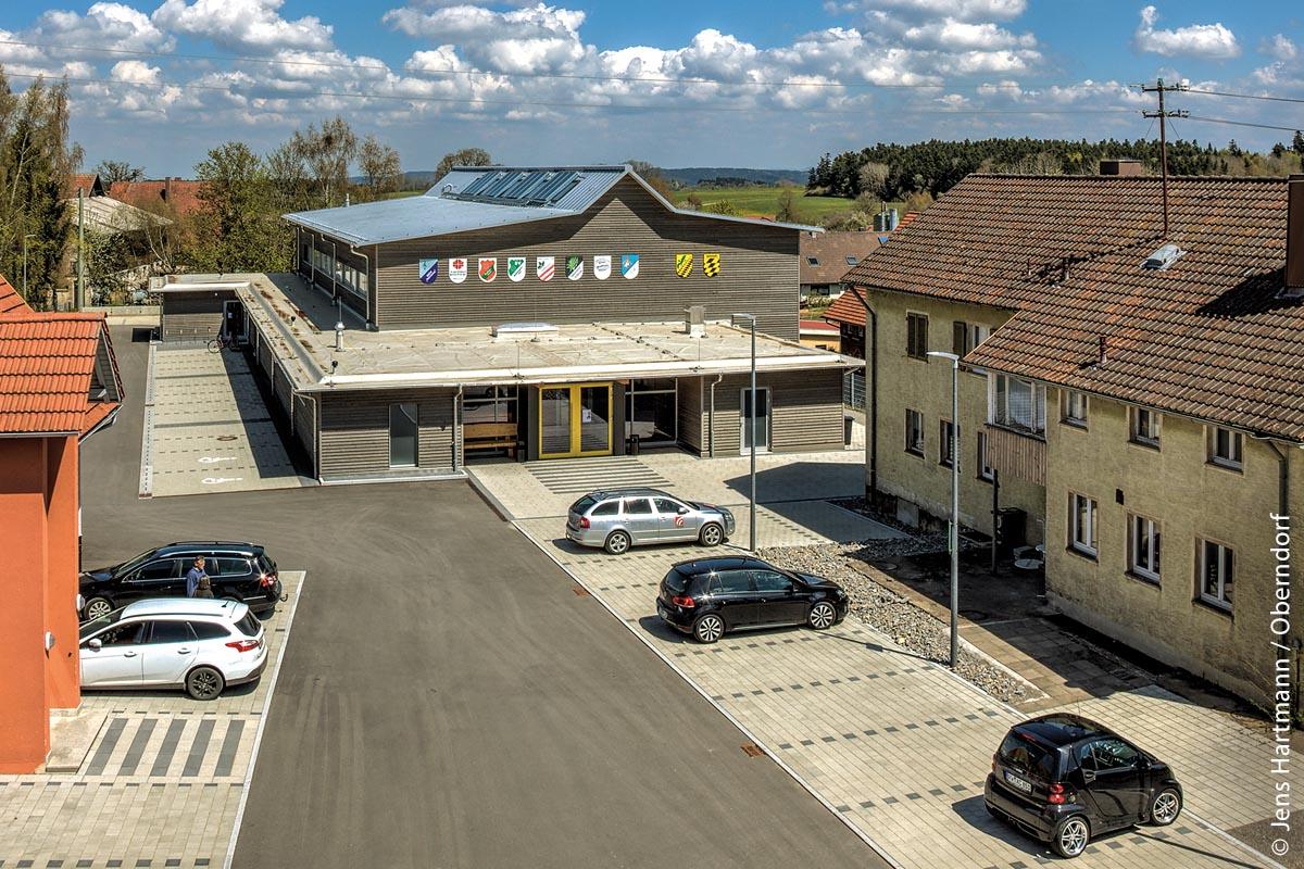 """Im Bereich """"Öffentliche Bauten, Region Deutschland"""" wurde die Turnhalle der Stadt Oberndorf-Beffendorf im Schwarzwald ausgezeichnet. Sie besteht aus 280 Kubikmeter Weißtannenholz. Das Konzept zeichnete sich auch dadurch aus, dass nahezu alle Sortimente, die beim Einschnitt im Sägewerk entstanden, im Gebäude verwendet wurden."""