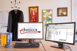 """In der Justiz haben Papierakten und Papierpost bald ausgedient. Allein in Baden-Württemberg werden jährlich über 2,5 Millionen gerichtliche Verfahren künftig vollelektronisch bearbeitet werden. Um dieses Ziel zu erreichen, hat das Justizministerium Baden-Württemberg bereits im Jahr 2014 das Programm """"eJustice"""" ins Leben gerufen."""