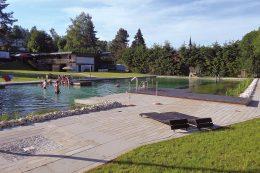 Das sanierte Naturbad zeigt sich von seiner schönsten Seite: Die Gäste können hier seit Mai 2019 – umgeben von der Schwarzwälder Idylle – in chlorfreiem Wasser schwimmen.