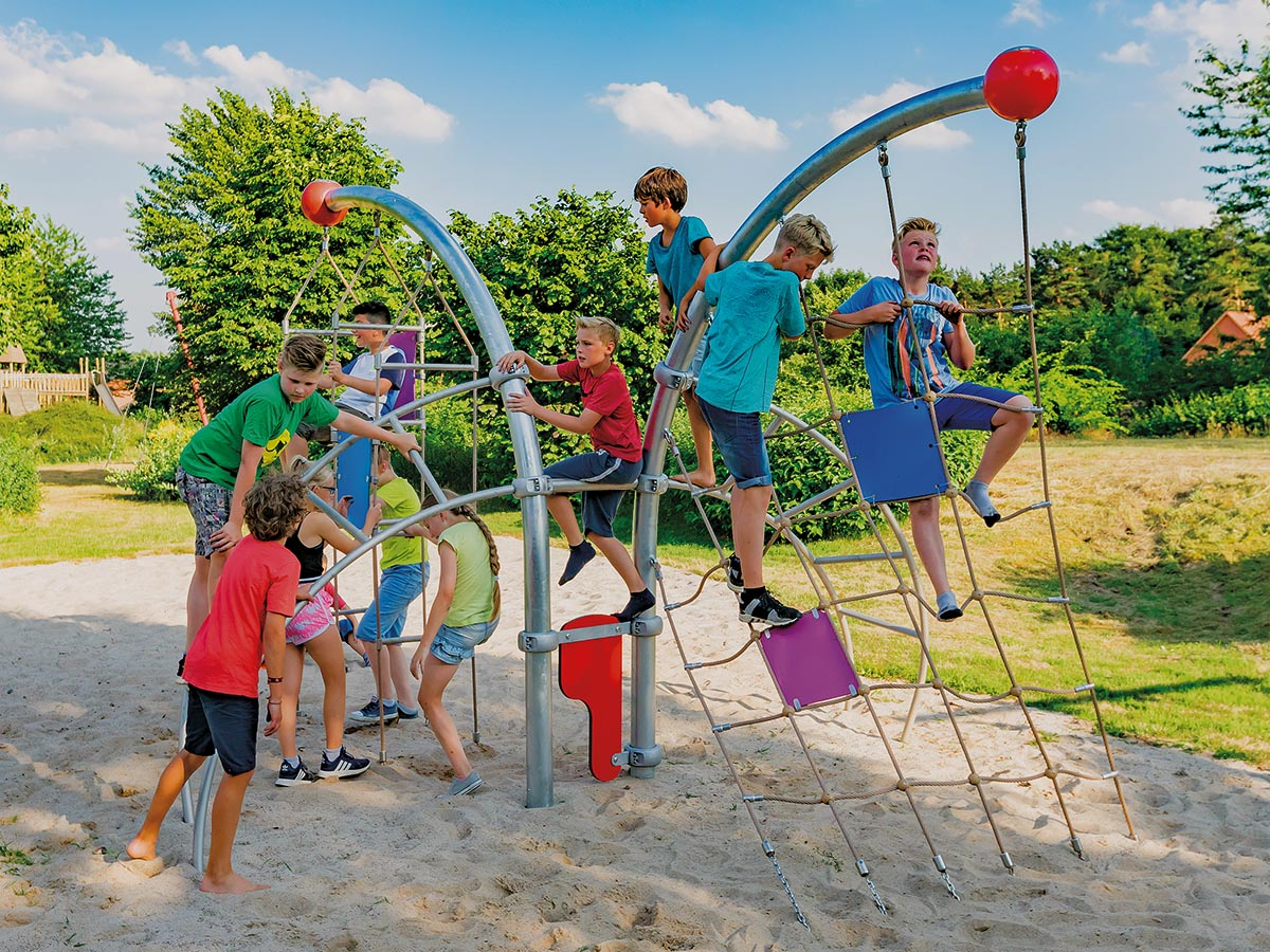 Für kleinere Kinder gibt es Schaukeln, Kletterteile, Actionwände, Stufen, Sitze und Balancestangen. Es gibt zahlreiche Anbaumodule für fünf verschiedene Altersgruppen, die miteinander kombiniert werden können.