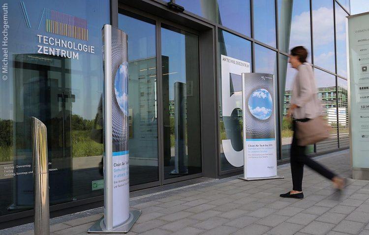 Der Clean Air Tech Day 2018 im Technologiezentrum Augsburg diente als Auftaktveranstaltung zum diesjährigen Clean Air Experts Day, der die Themen intelligentes Verkehrsmanagement, zukunftsorientierte Mobilitätskonzepte und innovative Technologien und Lösungen für bessere Luft in Städten in das Zentrum des Interesses stellen will.