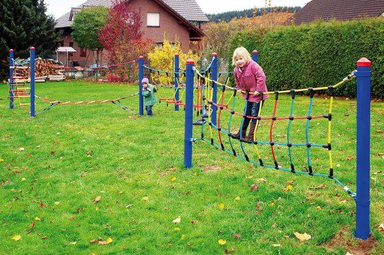 Seilspiel-Parcours sind gefragte Spielgeräte für Kinder. Da ist auch immer etwas los, weil die Kinder über viele Meter balancieren und klettern können.