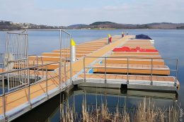 Nachdem im Jahr 2018 der erste Bauabschnitt zur Erneuerung der Schwimmsteganlage am Bostalsee erfolgreich abgeschlossen wurde, hat man in diesem Jahr fünf weitere Hauptstege, sechs Seitenstege samt 46 Ausleger und einen Zugang neu abgedeckt.