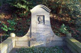 Auf dem Heidelberger Bergfriedhof gibt es einige Gräber von bekannten Persönlichkeiten. Eines davon ist das Grabmal des Chemikers Robert Wilhelm Bunsen.