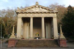 Das Krematorium auf dem Bergfriedhof in Heidelberg, 1891 aus freiwilligen Beiträgen von Freunden der Feuerbestattung nach Plänen des Heidelberger Architekten Philipp Thomas errichtet, ist angelehnt an die Architektur eines griechischen Tempels.