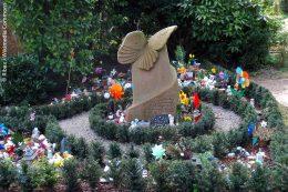 In Kooperation mit Friedhofsgärtnern und Steinmetzen wurde eine Ruhestätte mit Schmetterling-Grabstein für Kleinstkinder angelegt, damit trauernde Eltern ihrer zu früh oder zu schwach geborenen und verstorbenen Kinder gedenken können.