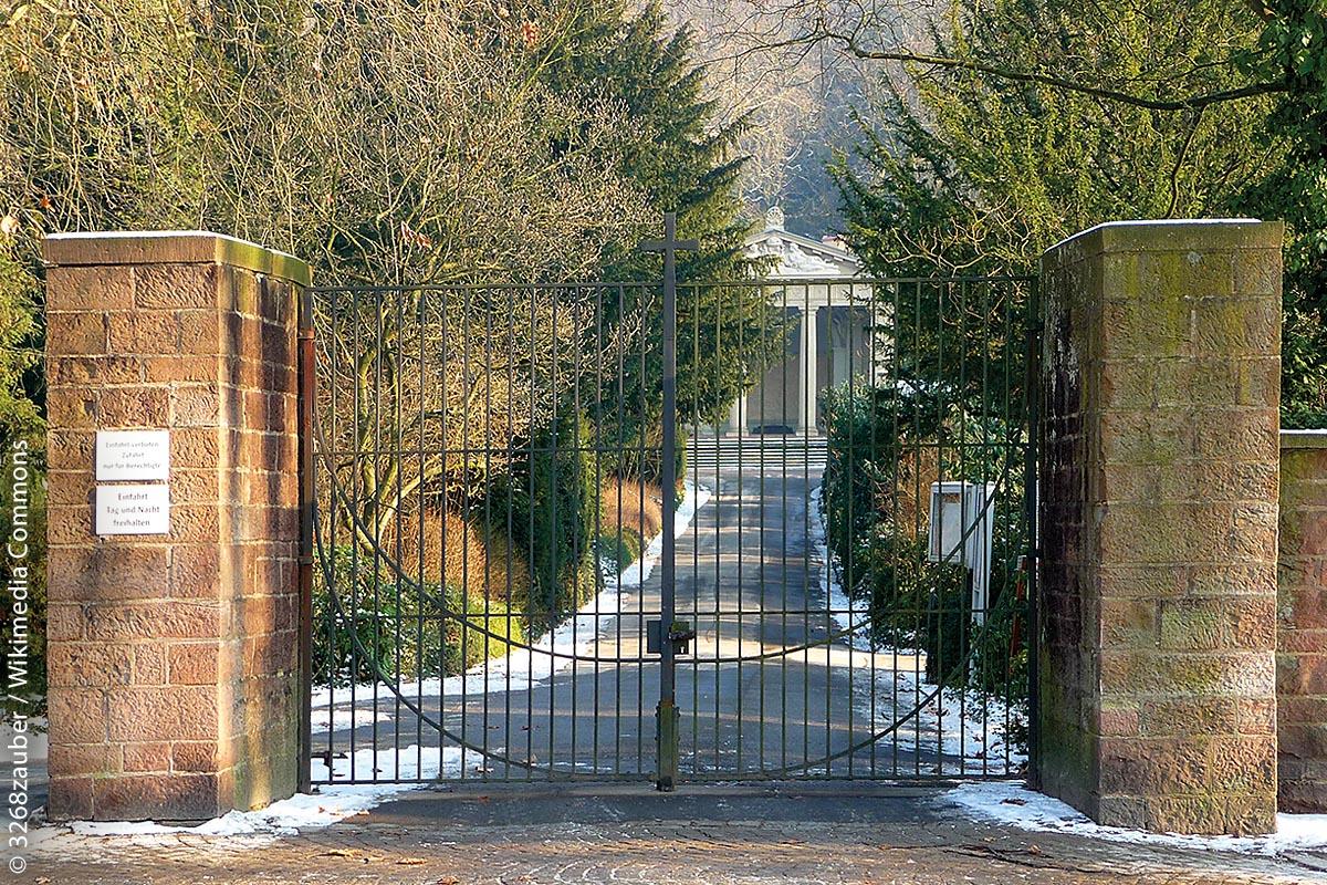 Haupteingang zum Bergfriedhof Heidelberg in der Rohrbacher Straße: Im Hintergrund ist das 1891 erbaute Krematorium zu erkennen.