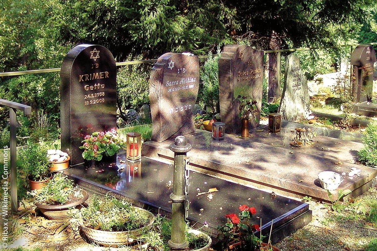 Der am Bergfriedhof Heidelberg angegliederte Neue Jüdische Friedhof Heidelberg besitzt bedeutende Grabanlagen aus dem 19. Jahrhundert sowie Terrassen mit vielen Grabanlagen aus der zweiten Hälfte des 20. Jahrhunderts und weiteren aus jüngerer Zeit.