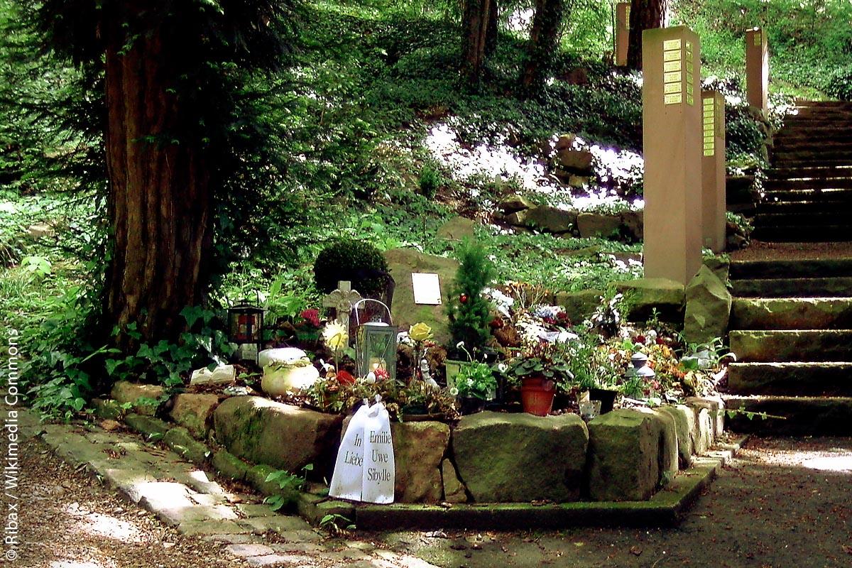 In der Waldabteilung des Heidelberger Bergfriedhofs ist eine individuelle Grabgestaltung nicht möglich, das würde den allgemeinen Vorstellungen einer Wald- beziehungsweise Baumbestattung nicht entsprechen. Aber es gibt schön gestaltete Plätze in unmittelbarer Umgebung jedes Baumfeldes, um Blumengrüße abzulegen. Darüber hinaus besteht die Möglichkeit, den Namen sowie die Geburts- und Sterbedaten durch ein Messingschild am Rand des Grabfeldes durch die Friedhofsverwaltung anbringen zu lassen.