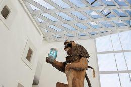 Der Löwe begrüßt die Besucherinnen und Besucher im Foyer des Museums.