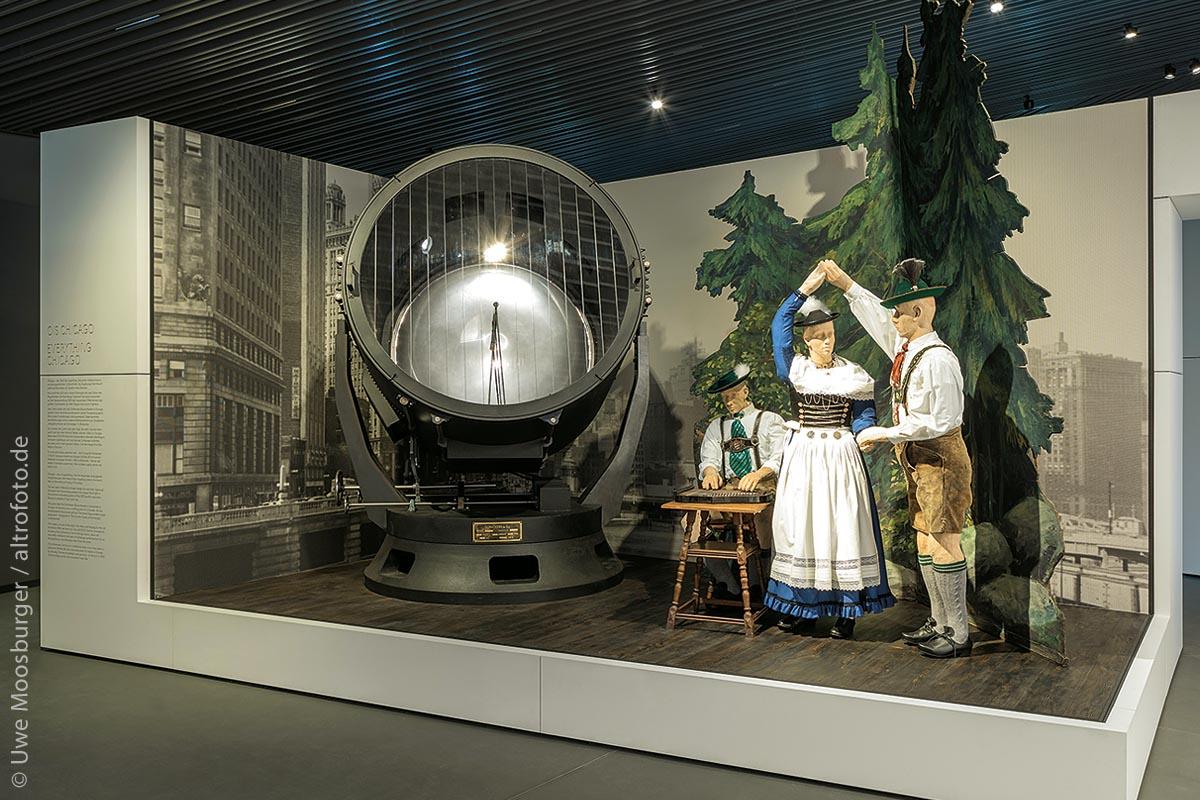 Auf 2.500 Quadratmetern zeichnet das Museum den Weg Bayerns zum modernen Staat nach, vom Beginn des Königreichs 1806 bis heute. Die Art der Präsentation ist dabei ungewöhnlich: 40 Bühnen erzählen prägende Ereignisse und Erscheinungen der bayerischen Geschichte. Natürlich werden auch bayerisches Brauchtum und Trachten präsentiert.