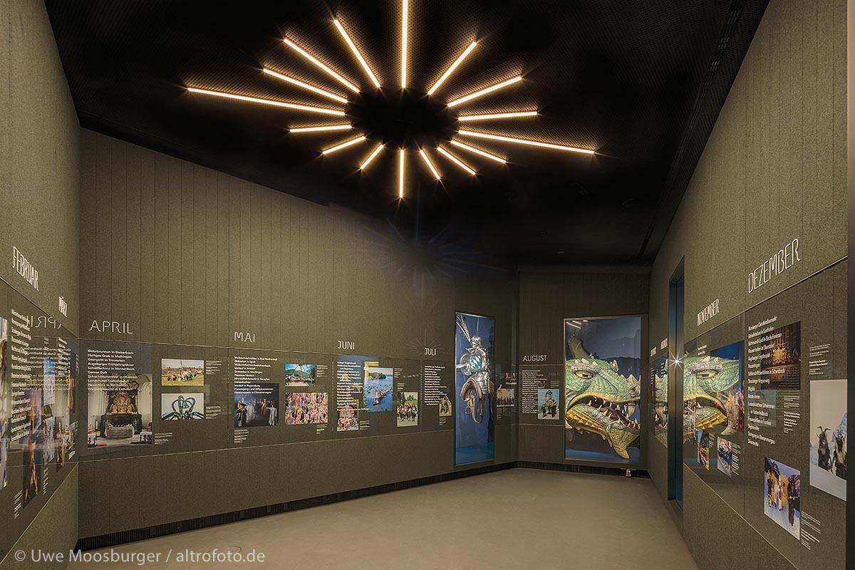 In insgesamt acht Kulturkabinetten (im Bild die Nummer 2) zeigt das Museum im weitesten Sinn kulturelle Phänomene, die besonders mit Bayern verbunden werden – von den Dialekten über die Feste bis zur Religion.