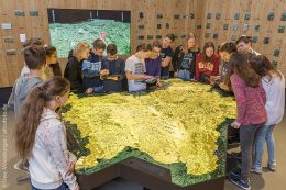 Was ist typisch bayerisch? Schüler besuchen hierfür eines der acht Kulturkabinette. Der chronologische Rundgang in der Dauerausstellung wird von den Kulturkabinetten flankiert.