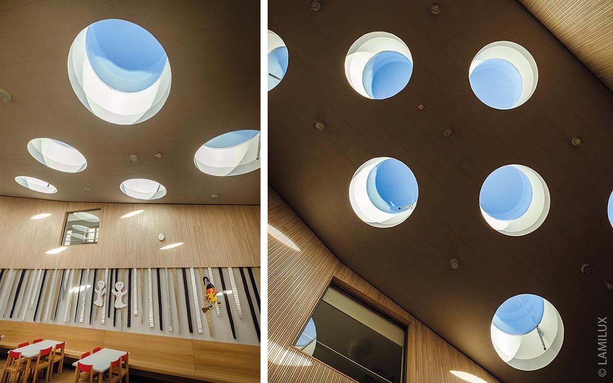 Das Tageslicht der 22 runden Flachdachfenster verleiht dem Raum eine sehr warme Atmosphäre, betont die Bedeutung des zentralen Raumes und erzeugt auch eine sehr spezielle Stimmung.